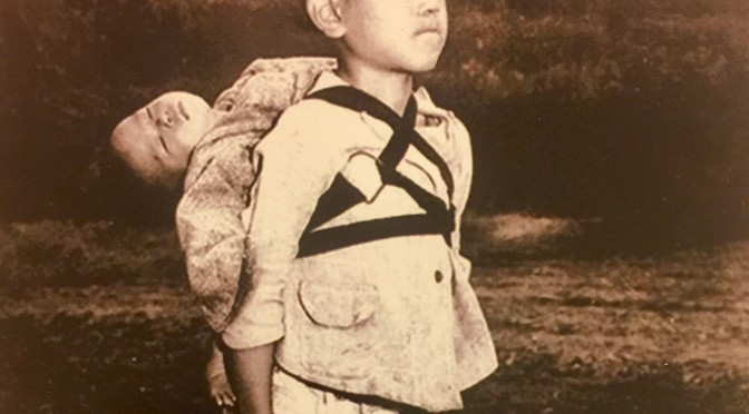 Il nesso che lega la frase razzista e oscena di Fontana e la foto del bambino di Nagasaki